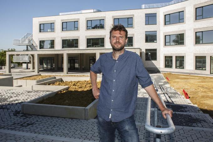 Een zeer tevreden directeur Wim Vandorpe poseert voor zijn nieuwe school. Laat 1 september maar komen!© (Foto JS)