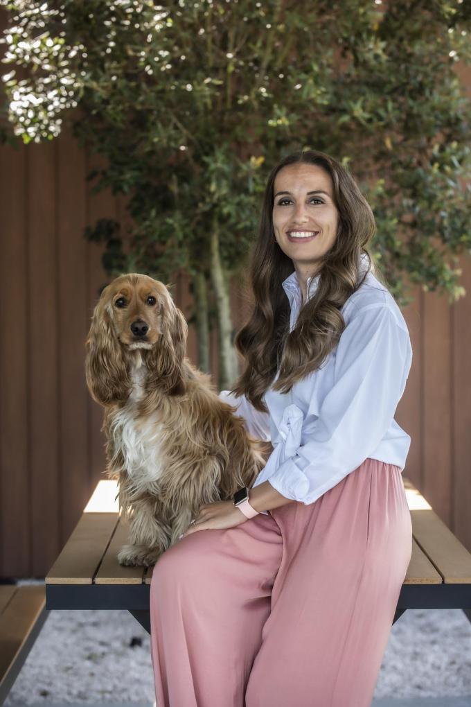 """Judith Pollie: """"Wie hier komt werken, moet goed overeenkomen met onze hond Jules"""".(foto Stefaan Beel)©STEFAAN BEEL Stefaan Beel"""