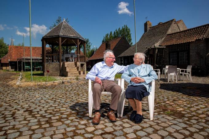 """Marcel Messiaen en Elisabeth Van Cassel in het openluchtmuseum Bachten De Kupe, de plek die Marcel vijftig jaar geleden mee boven de doopvont hield. """"Dat we nog altijd thuis wonen, is ons grote geluk.""""©Kurt Desplenter Foto Kurt"""