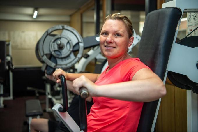 Leerkrachte Mieke Lippens deed in de lockdowns thuis workouts, maar is blij weer het echte werk in de gym te kunnen aanvatten.© Frank Meurisse