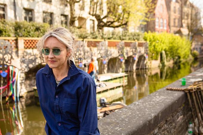 Al wekenlang wordt er geklungeld met de niet waterdichte lintjes van Nadia Naveau langs de Augustijnenrei.© Davy Coghe