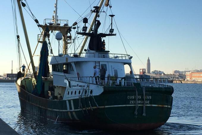 De Zeebrugse trawler Custos Deus was het eerste Belgisch vissersvaartuig dat na de Brexit weer in een Britse haven haar vangst lostte.©Peter MAENHOUDT