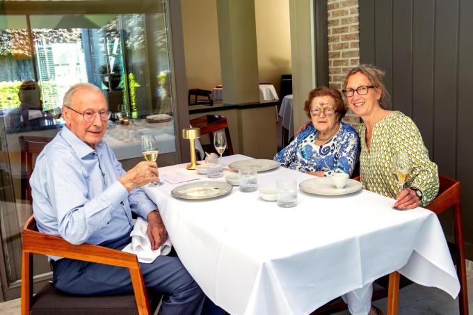 Annemie (60) geniet na een lange lockdown van een culinair verjaardagsetentje met haar ouders Jozef (89) en Jozefa (91) in La Durée.© Joke Couvreur