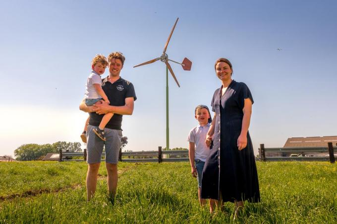 Piet Vanbruwaene en Elien Colpaert, hier met hun zoontjes Audric (3) en Clément (6) zijn trots op hun eigen windmolen.©Wouter Meeus