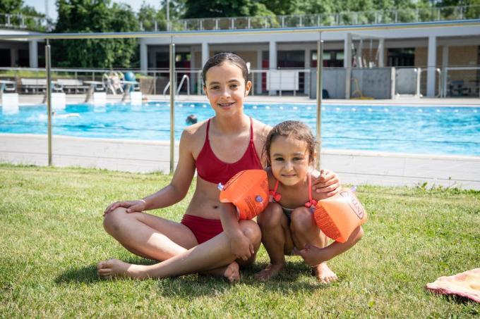 Zusjes Oona Goossens (10) en Nora Mullebrouck (5) uit Ingelmunster genoten met volle teugen.©Frank Meurisse Frank Meurisse