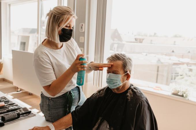 Leerlingen van het Sint-Jozefsinstituut legden de patiënten in de watten met een kappersbeurt en lichaamsverzorging.©Layla Vancompernolle Eye Catcher Photography
