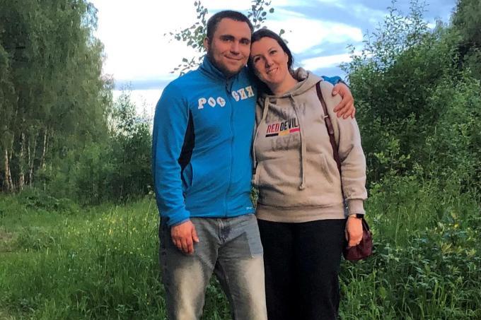 """Sofie Vandeputte en haar vriend Anton Nikolaenko: """"Kijken naar voetbal doet me vooral met heimwee terug denken aan de matchen die ik samen met mijn papa bekeek op tv.""""© gf"""