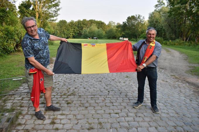 We zien links Carl Bijttebier en rechts Patrick Thijs aan het Hamiltonpark in Ieper, waar de wedstrijd tegen Rusland getoond wordt op groot scherm.© TOGH