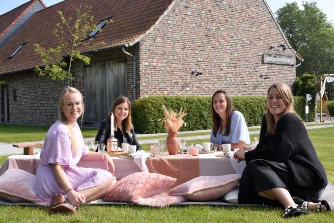 Sigrid Gaudissabois, Fran Lambert, Sharon en Laurien Verwilst aan een picknicktafel zoals ook hun gasten ze zullen gepresenteerd krijgen.©TOM VAN HOUTTE foto TVW