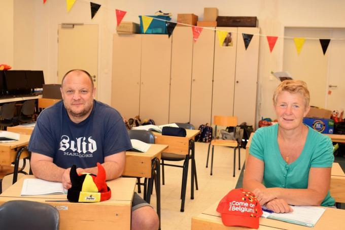 Meester Dieter Vansteenkiste en juffrouw Sabine Vanoverberghe bewaren alleen maar goede herinneringen aan het jaar waarin Leander Dendoncker in hun klas zat.© ZB