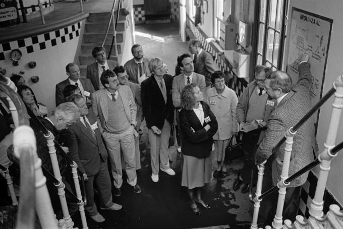 Naar aanleiding van de 200ste verjaardag van de geboorte van Alexander Rodenbach zette de brouwerij in 1986 de deuren open voor het grote publiek. Brouwmeester Jef Bevers geeft hier tekst en uitleg aan de bezoekers.© Stefaan Beel
