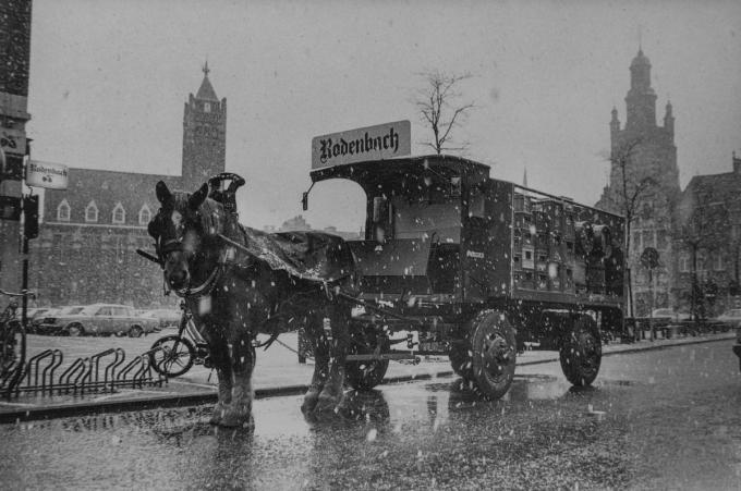 Regen noch sneeuw weerhielden de boevers van Rodenbach om de cafés met paard en kar te bevoorraden.© Stefaan Beel