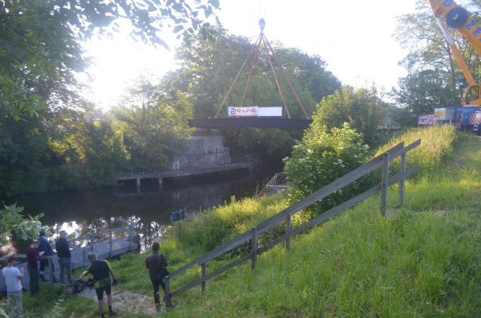 Jurgen Vanlerberghe, gedeputeerde voor mobiliteit, milieu, natuur en landschap van de provincie West-Vlaanderen aan de nieuwe brug over het Ieperleekanaal te Boezinge.© RL