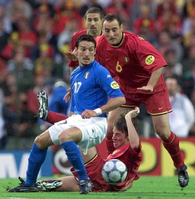 Vanderhaeghe in duel met Zambrotta tijdens het EK in 2000. (foto Belga)© BELGAIMAGE