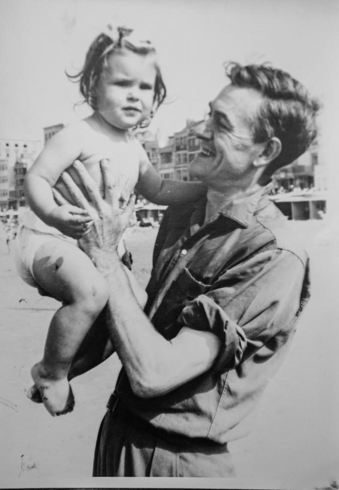 Annie Van Paemel als kleine meid op de arm van vader Willy.© repro Davy Coghe