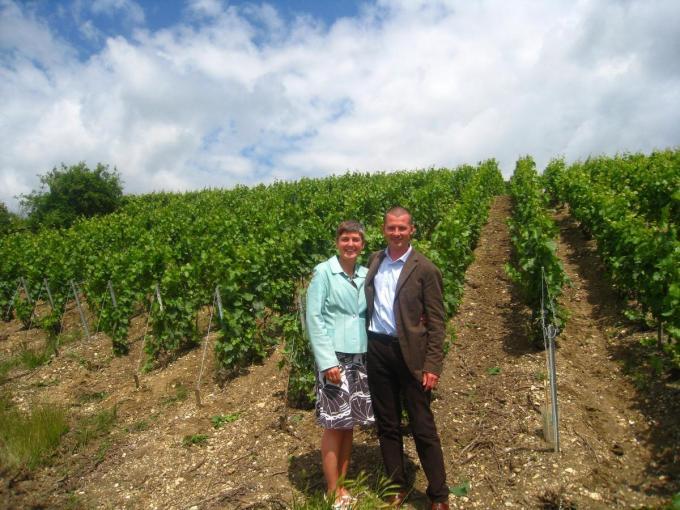 Pieter Vitse en Nathalie Boydens op hun bescheiden wijndomein in Frankrijk. En straks dus ook in Bredene.© MM