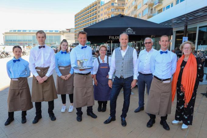 Leo Deklerck (vierde van rechts) van restaurant Ocean roept de klanten op om toch altijd wat cash bij te hebben.©Peter MAENHOUDT