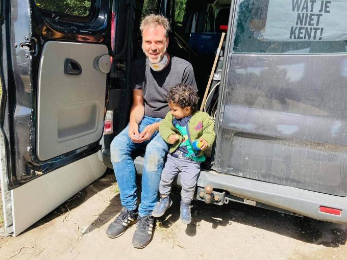 Bruno bij een bezoek aan het vluchtelingenkamp in Duinkerke. (Foto Allemaal Mensen)