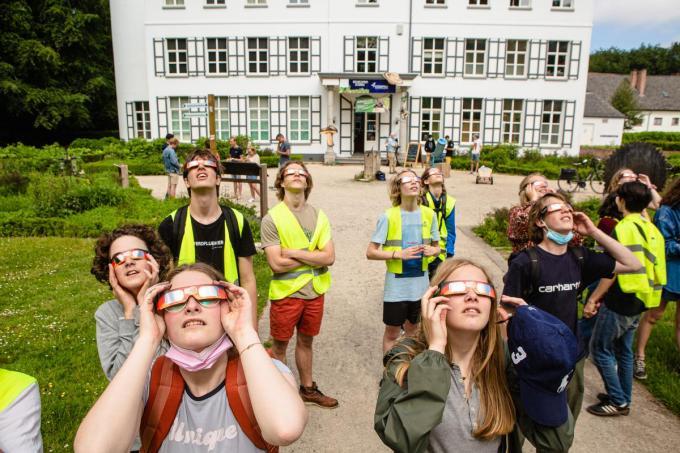 Op vraag van leerling Theo Van Loo (linksachter op de foto) vertrok vandaag de tweede graad van de Brugse Steinerschool met de fiets richting Cozmix.© Davy Coghe