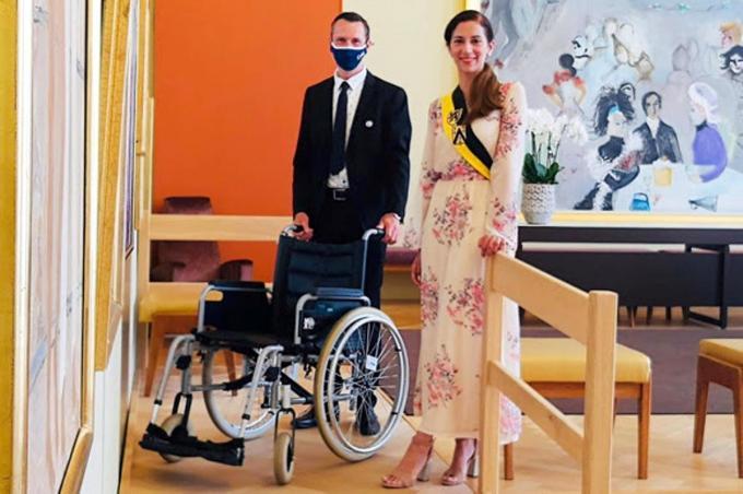 Schepen Hina Bhatti poseert bij de rolstoel in de Alice Freyzaal.© (Foto FRO)