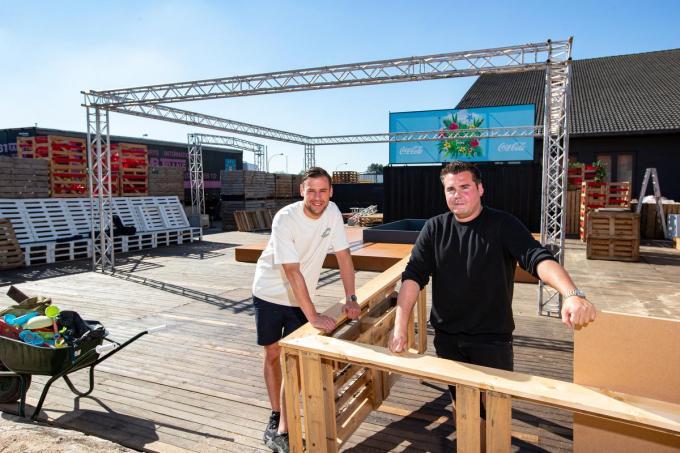 Lorenzo Charle en Robin De Soete waren deze week nog volop de bar aan het opbouwen. Vanaf volgende week gaan de deuren open. (foto Kurt)© Foto Kurt