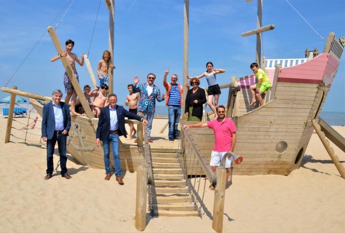 Boma en Marcske met burgemeester Wilfried Vandaele en schepen Rudi Catrysse en enkele fans op de speelboot op het strand van De Haan. (foto WK)
