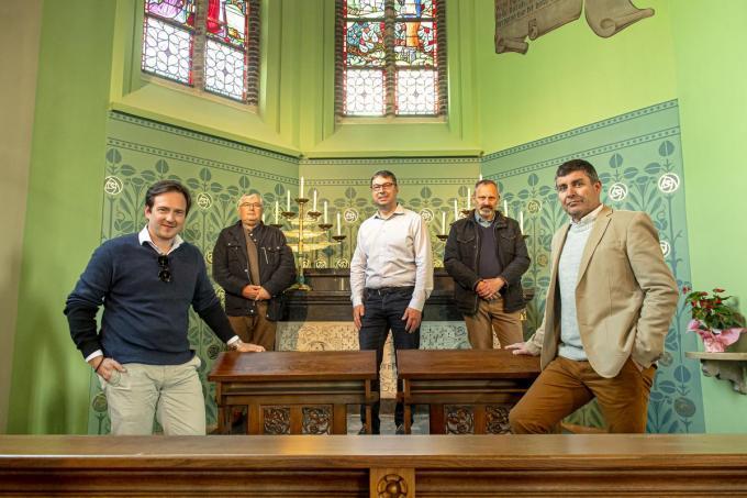 Francesco Vanderjeugd, Frank Saesen (voorzitter kerkfabriek Sint-Bavo), schepen Joeri Deprez, Marnick Pattyn (penningmeester) en Bart Bourdeau (secretaris kerkfabriek Sint-Bavo).©JOKE COUVREUR
