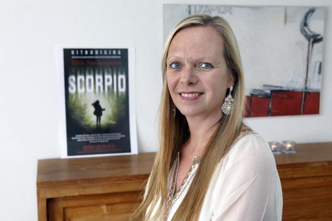Hilde Vandermeeren bij de kaft van haar boek Scorpio, dat in het Engels vertaald wordt en door een bekende filmproducent geselecteerd werd.©Johan Sabbe