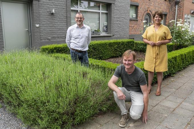 Stad Roeselare wil inzetten op ecologisch tuinadvies. We zien Henk Kindt, Dieter Willems en Michèle Hostekint. (foto SB)© Stefaan Beel
