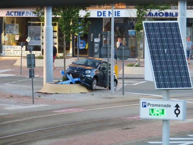 Enkele verkeersborden sneuvelden.© Jojo Navarro