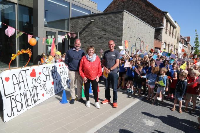 Juffrouw Jasmien werd uitgezwaaid door directeurs van de basisscholen in Mesen en Wijtschate. (foto EF)©Eric Flamand