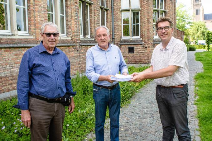 Albert De Beir (uiterst links) en Robert Dermul gaven de bezwaarschriften aan Franky Demon.© Davy Coghe