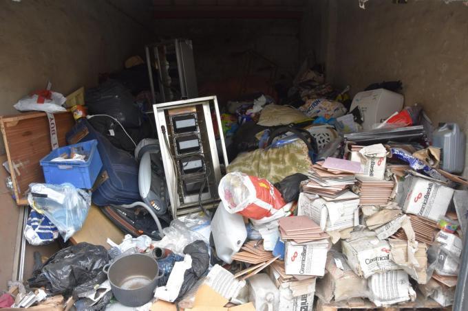 De open garage bleek meer een stort dan opbergplaats.© JB