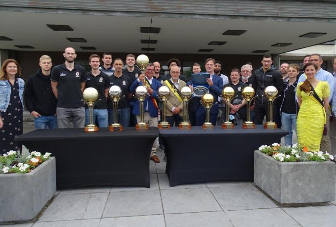 De spelersgroep met de tien bekers.© FRO