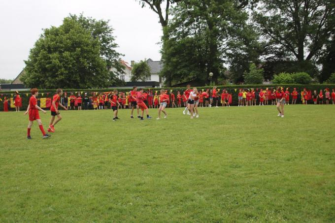 De derde graad waande zich even Rode Duivel tijdens de voetbalmatch voor de tv-ploeg.© ACK
