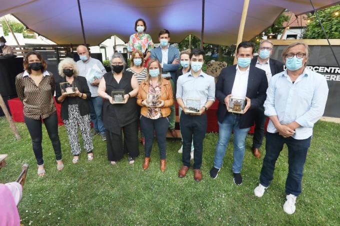 De vijf laureaten van de stedelijke cultuurprijzen en de erfgoedprijs samen met de organisatoren van de uitreikingsavond en een delegatie van het stadsbestuur.©Johan Sabbe