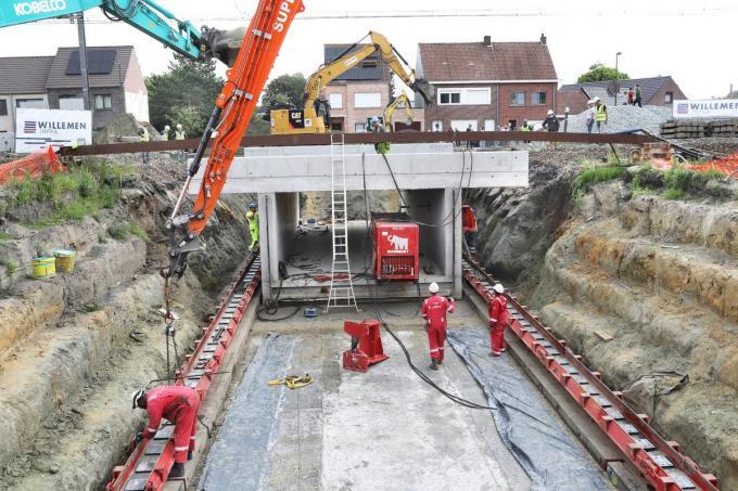 De betonnen tunnelconstructie is met succes onder de sporen geschoven. Er rest nu tot zondagavond om alles klaar te stomen voor het treinverkeer.©Johan Sabbe