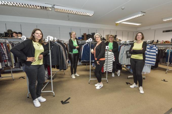Het Vrouwencentrum heeft een tweedehandskledingwinkel en zorgt ook voor een ruim aanbod: strijkatelier, naaiatelier, kookatelier.© LVW