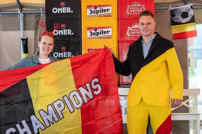 Jens Vanhove en Elien Vanderheeren hebben café De Ondank (en zichzelf) tricolore aangekleed.© Frank Meurisse