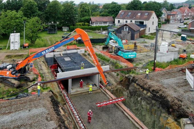 Alles wordt in gereedheid gebracht om het betonnen gevaarte onder de sporen te schuiven.©Nand Fiems