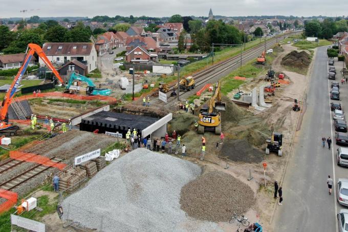 Eind goed, al goed: de fietstunnel is met succes onder de sporen geschoven. De treinrails kunnen heraangebracht worden.©Nand Fiems