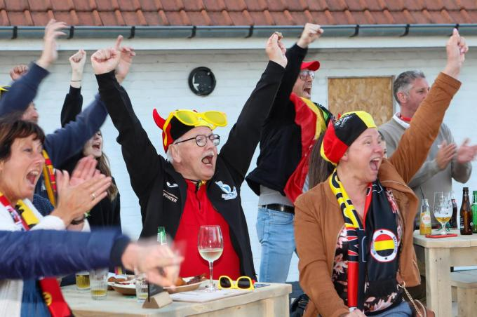 Rode Duivel-fans juichen wanneer Romelu Lukaku na 10 minuten scoort voor de Belgische ploeg in hun openingsmatch in groep B op het EK tegen Rusland zaterdagavond.©Peter MAENHOUDT
