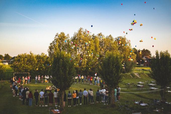 De aanwezigen lieten tientallen ballonnen de lucht in ter ere van Eva.© TV