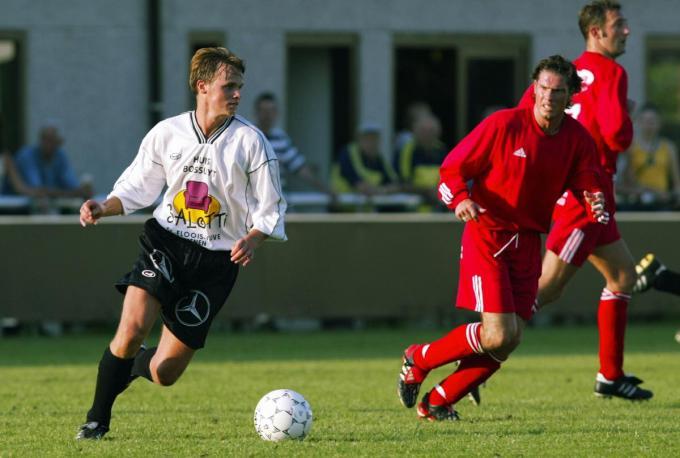 Tommy Careel (KV Kortrijk) in de achtervolging op Wim Acke (SV Wevelgem).© KRANT VAN WEST-VLAANDEREN