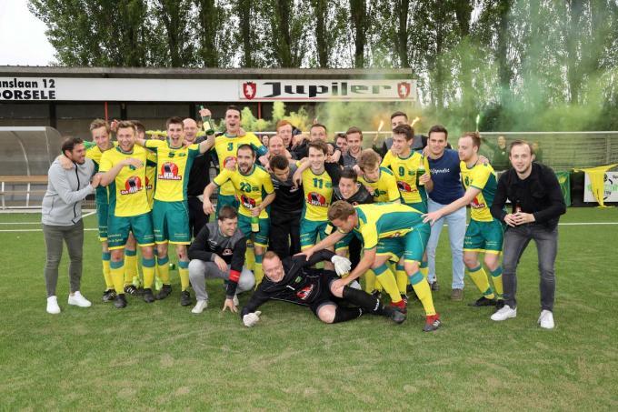 Tommy Careel viert de promotie met Dosko Kanegem waar hij nu al voor het zesde seizoen trainer zal zijn.©VDB / Bart Vandenbroucke VDB