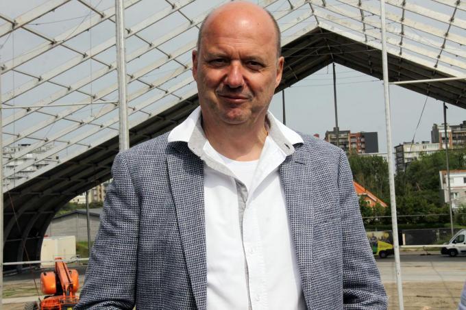 Jan Van Esbroeck met op de achtergrond een 'deeltje' van de concerttent.© PADI/Daniël