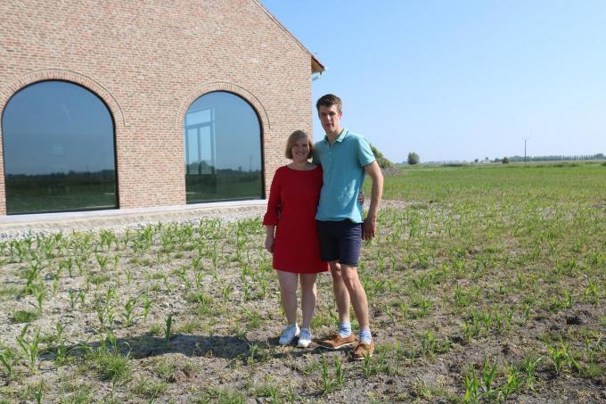 Lore Igodt en Dries Stroo bij het veld waar het maisdoolhof groeit© AC