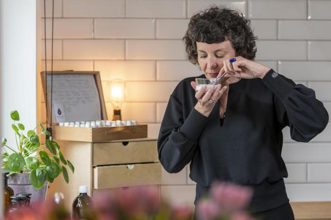 """Isabelle De Grande: """"Gedoseerd bezig zijn met wat je echt graag doet is zoveel mooier dan overwerkt door het leven hollen."""" (Foto Pieter Clicteur)©Pieter Clicteur;Pieter Clicteur"""