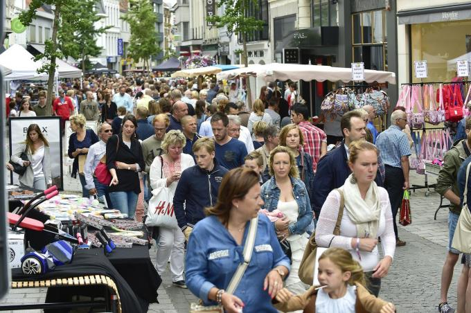 Een drukke winkelstraat tijdens een normaal Batjesweekend. De inwoners van Roeselare toonden zich alvast erg tevreden over het winkelaanbod en de horeca, twee aspecten die hand in hand gaan. (foto SB)© STEFAAN BEEL