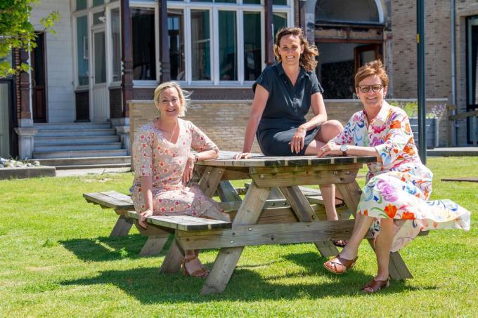 De dames uit het schepencollege met v.l.n.r. Ann Van Essche, Lisbet Bogaert en Caroline Maertens kunnen het goed met elkaar vinden. (foto Frank)© Frank Meurisse